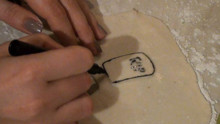 Disegnare la lapide con un pennarello per alimenti