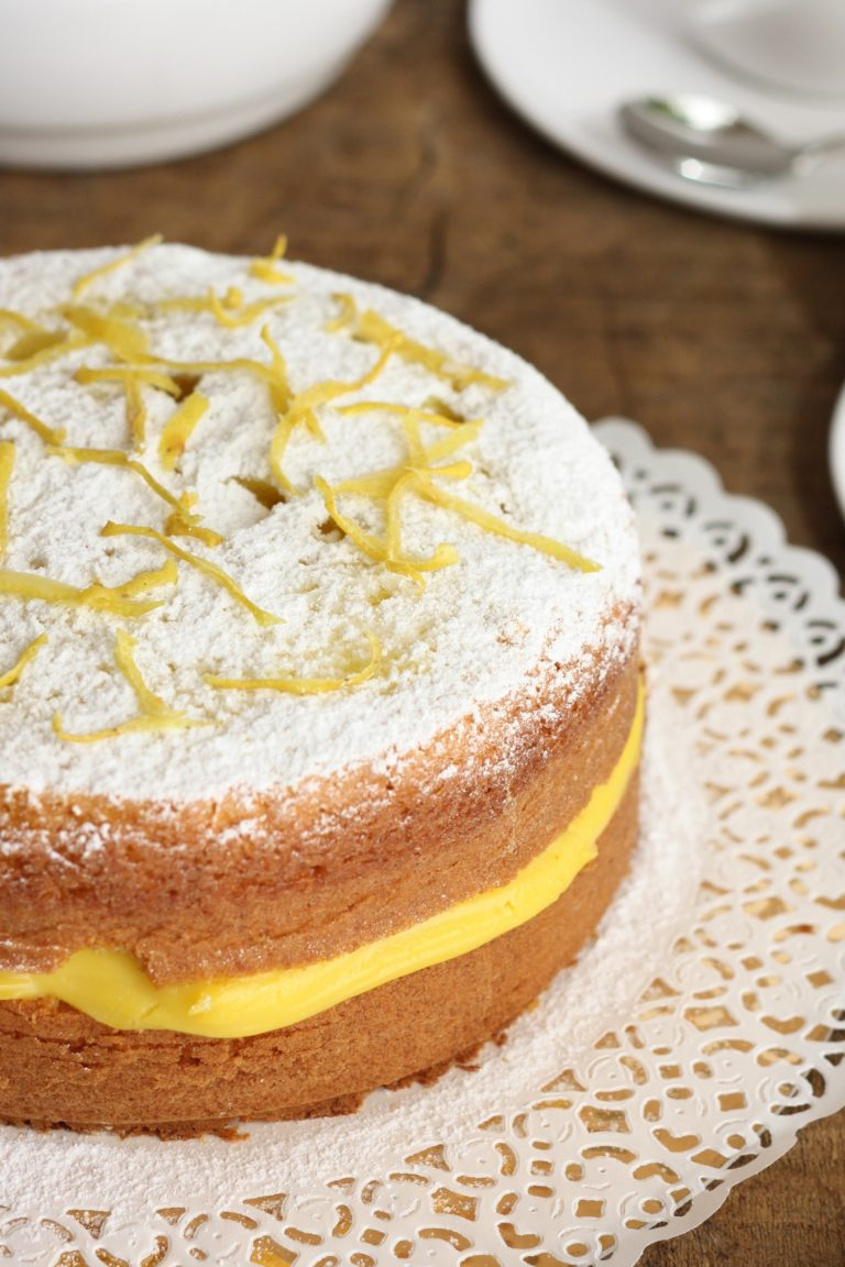 Preparare la crema al limone. Farcire la torta e decorarla con zucchero a velo e scorza di limoneBuoni dolci da Ramona e da Vallé ♥