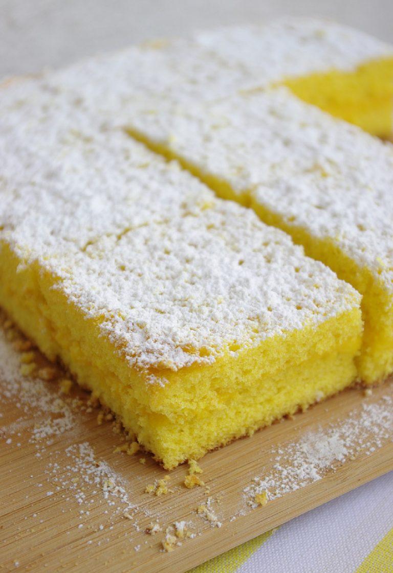 Ora tagliare la torta a metà farcirla con la crema e ricoprire con l'altra metà. A scelta dividerla a tranci medi o piccoli o lasciare intera spolverando di abbondante zucchero a velo.