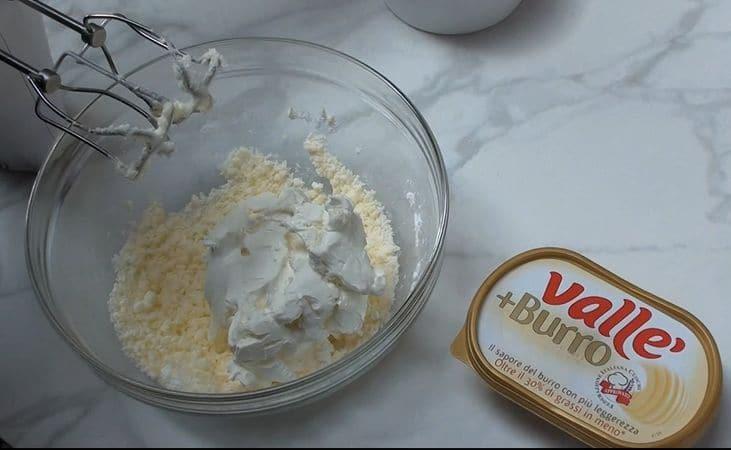 Una volta freddi spolverizzate con zucchero a velo o preparate un cream cheese frosting così: