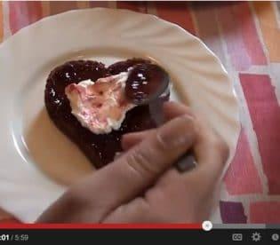 cuori-di-san-valentino-al-cioccolato-con-lamponi-e-panna-8