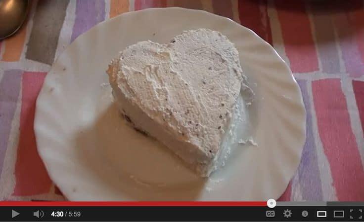Unire alla panna rimasta mezzo cucchiaino di colorante rosso, mettere la panna in una sac a poche e decorate le tortine con la panna colorata