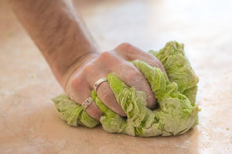 Stendere la pasta e rivestire uno stampo per crostate, farcirlo con il ripieno e decorare con delle strisce di pasta. Ricoprire con 2/3 cucchiai di semi di lino.