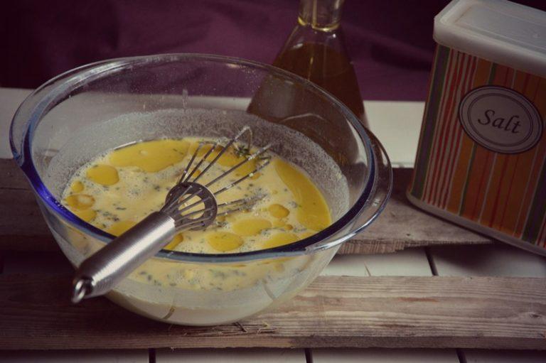 Aggiustate di sale unite un cucchiaio d'olio, mescolate e fate riposare per due ore, mescolando ogni tanto.