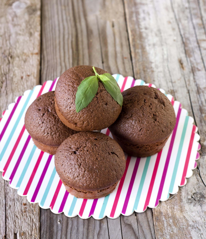 Cake integrali al cioccolato, pepe lungo e basilico