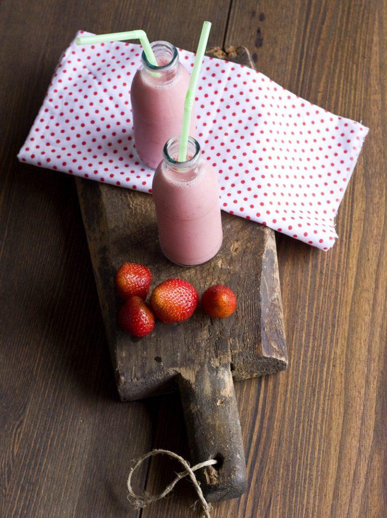 Inserite nel frullatore tutti gli ingredienti ed azionate per 30 secondi circa, regolate con l'infuso di melissa fino a raggiungere la consistenza desiderata. Servite decorando con fragole fresche e foglioline di melissa.