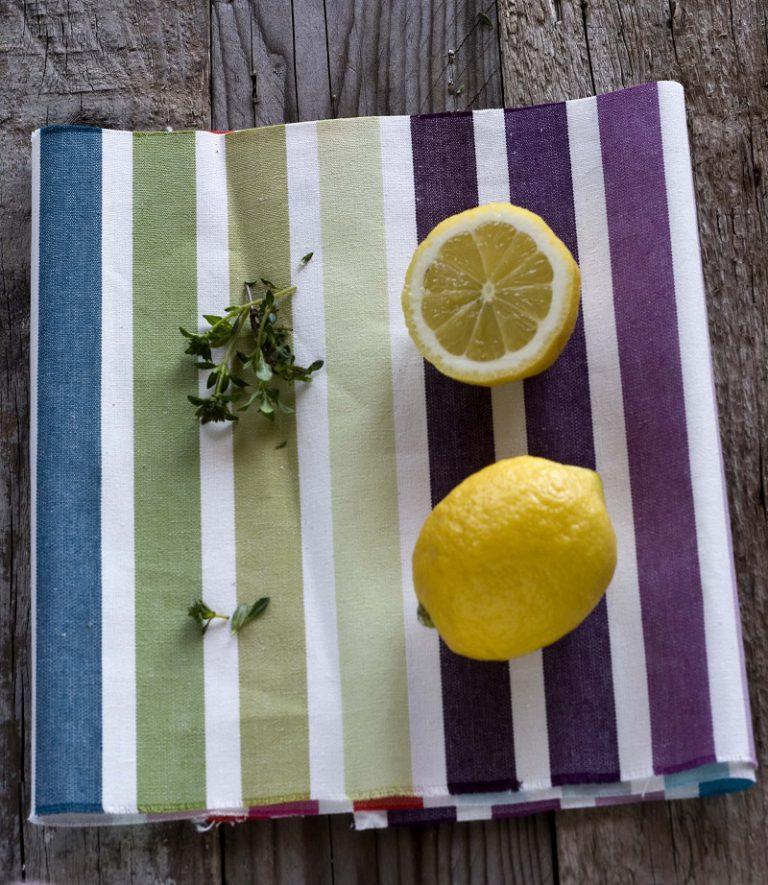 Lavate accuratamente il limone, tagliatelo a fettine