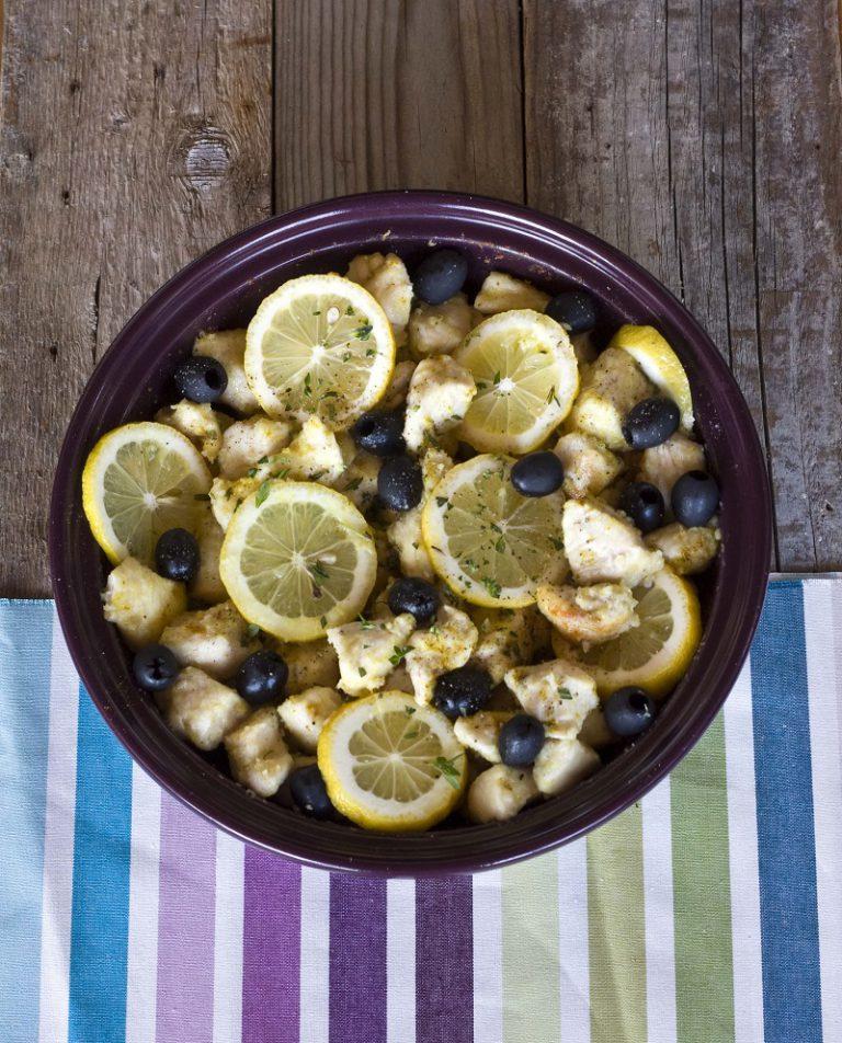 Tagliate il petto di pollo a bocconcini, infarinateli e rosolateli nella tajine con un filo d'olio fino ad ottenere una crosticina in superficie. Posizionate il limone, aggiungete le olive ed il timo prima di chiudere la tajine e cuocere a fuoco moderato per circa 40 minuti.