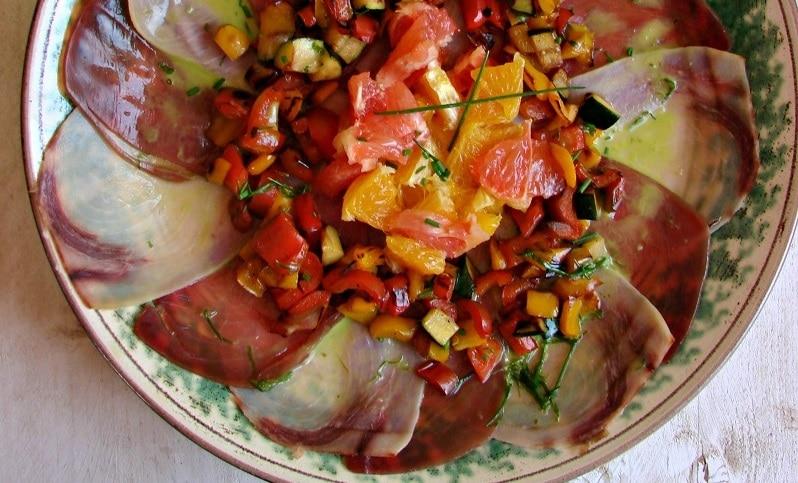 Carpaccio di pesce spada e tonno su letto di insalata