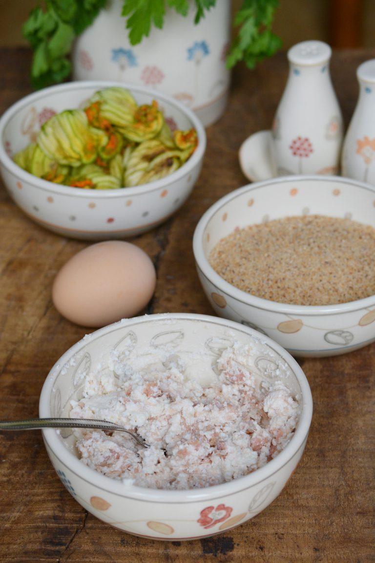 Preparare il ripieno con ricotta, sgombro, uovo, sale e pepe, mescolando bene il tutto.