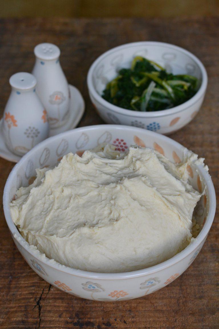 impastare tutti gli ingredienti per la base e lasciar lievitare per 2 ore