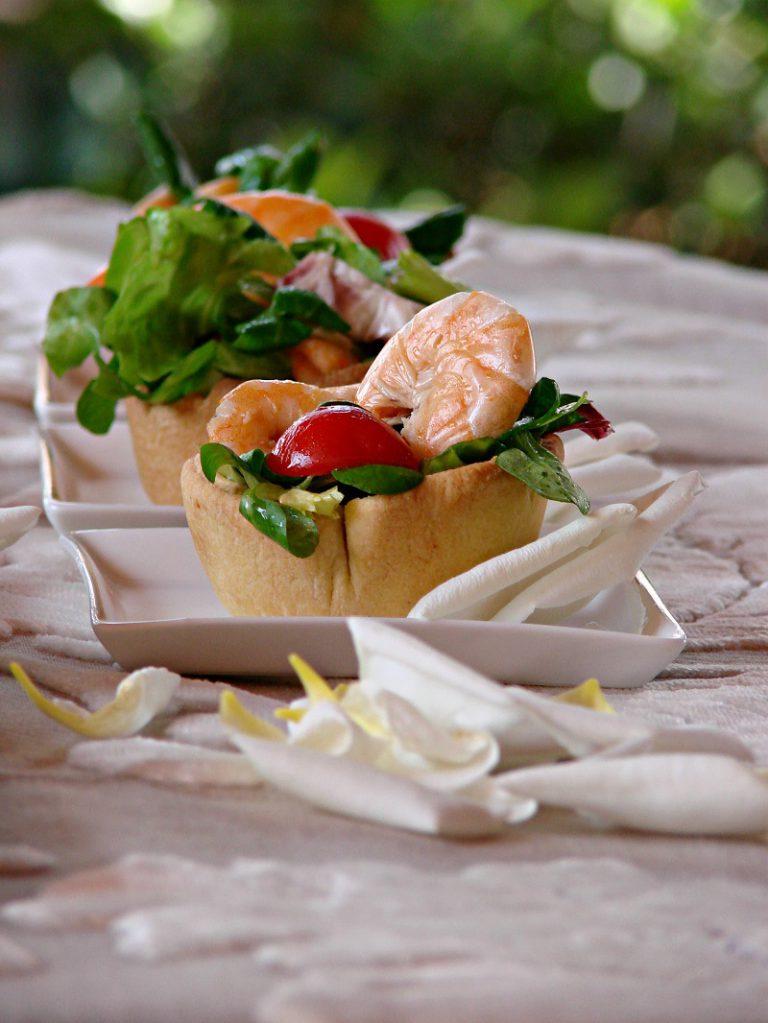 Condite con il sale e l'olio, mescolate e ponete una parte dentro ogni tartelletta che servirete su piatto da portata con altra insalata di contorno.