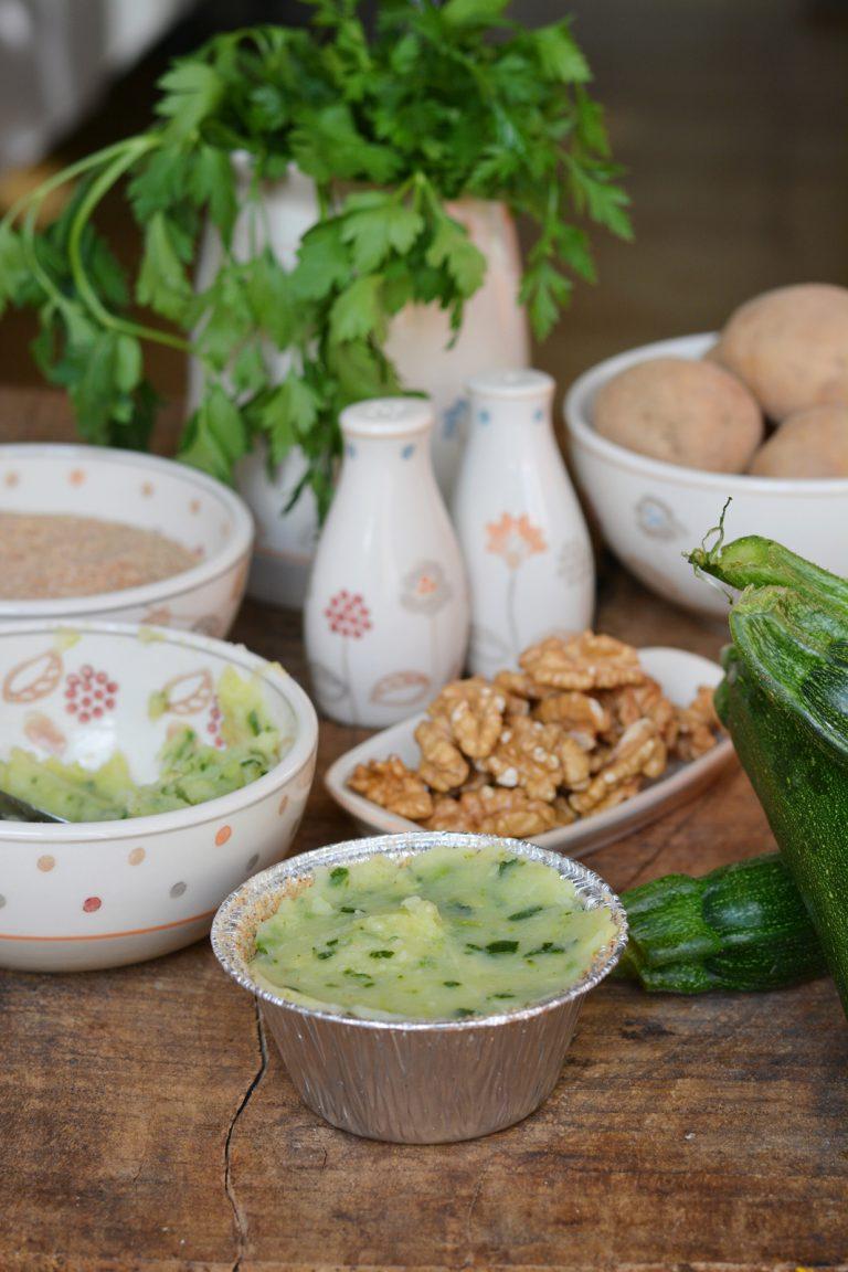 Sformatini di zucchine e patate: disporre il composto in uno stampo di alluminio