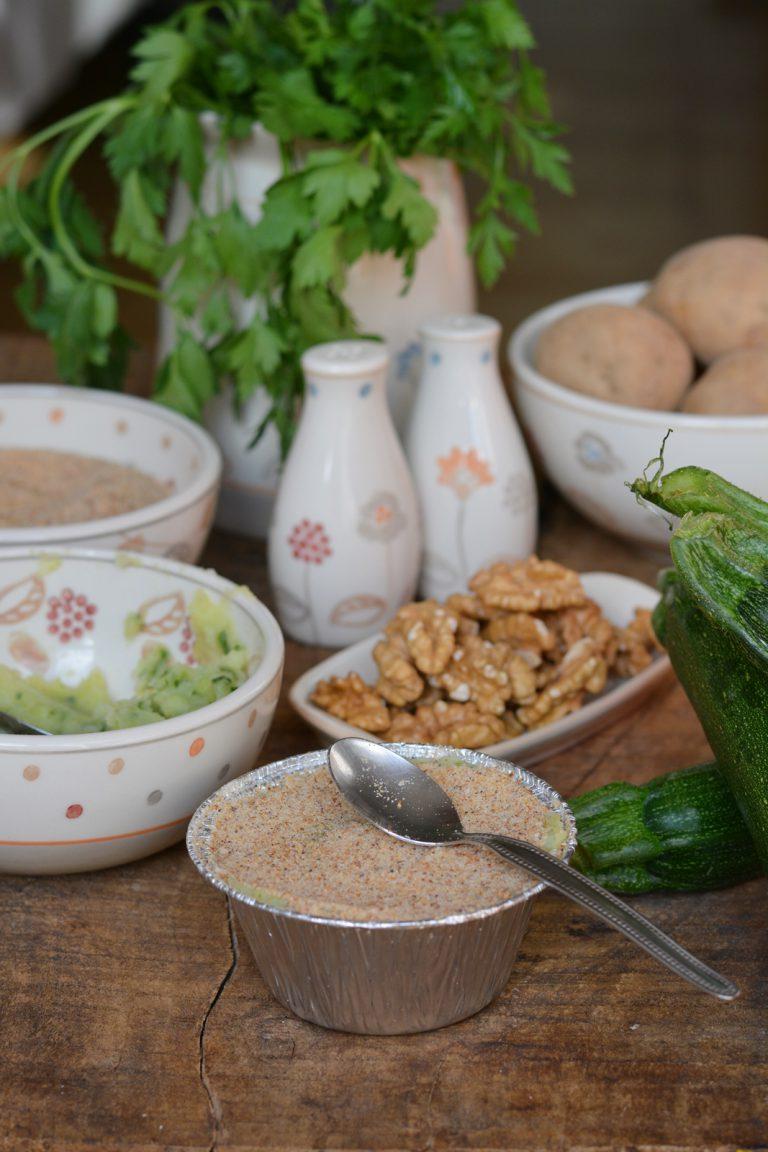 Sformatini di zucchine e patate: ricoprire con pangrattato e olio