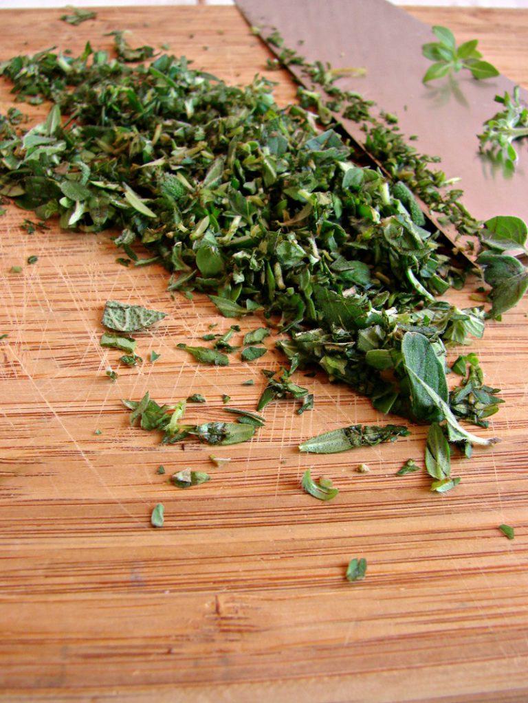 Prelevate delle foglioline delle erbe aromatiche, pulite con un panno e tritatele.