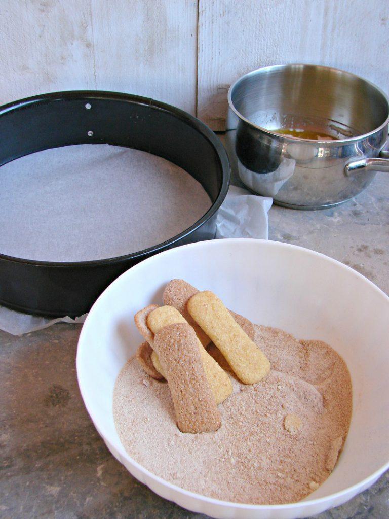 Mescolate la farina di biscotti con la margarina fusa