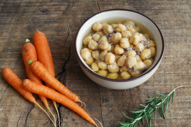 cuocere i ceci e sbucciare una carota