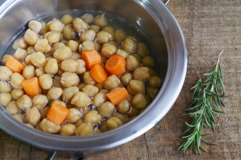 in una casseruola, fate soffriggere la cipolla con Vallé Omega 3, aggiungere la carota, i ceci e le foglie di un mazzetto di rosmarino.  Proseguire la cottura per 15min. Salare e pepare
