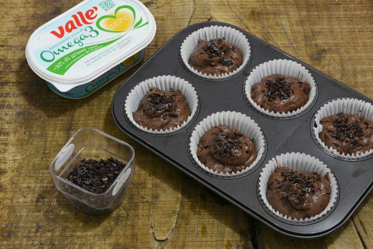 dividere l'impasto in 6 stampini per muffin e ricoprire con scaglie di cioccolato fondente. Infornare a 180 gradi per 20 min.