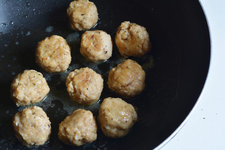 in una casseruola, lasciate cuocere le polpette con un cucchiaio di Vallé