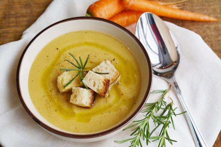 servire la vellutata calda, con crostini di pane, rosmarino fresco, pepe nero macinato