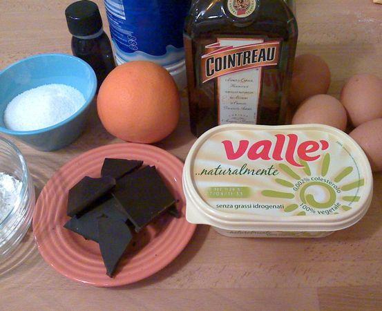 Accendete il forno a 180 gradi. Scaldate il latte (nel microonde va benissimo). Fate sciogliere la margarina in un pentolino dal fondo pesante , spegnete il fuoco e unite la farina. Versate il latte caldo in questo composto e riaccendete il fuoco (basso). Mescolate con la frusta finché non avrete una besciamella densa (ci vorranno meno di 2 minuti).  Travasate la besciamella in una ciotolina e lasciate raffreddare un poco