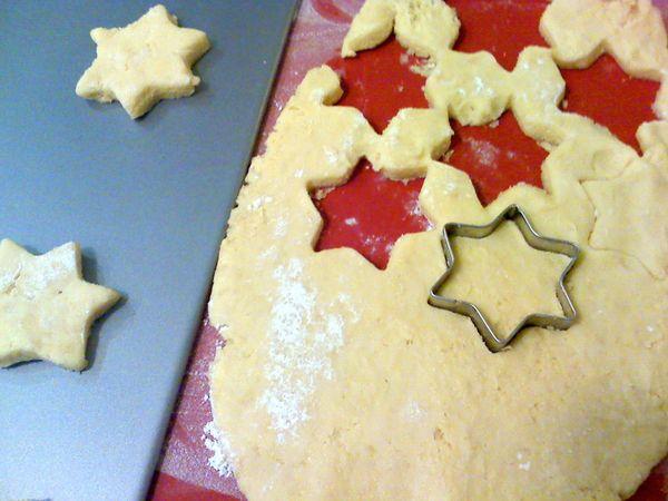 Tagliate i biscotti con formine di vostra scelta e adagiateli sulla placca (rivestita di carta forno se non è antiaderente). Scegliete disegni semplici, l'impasto è molto morbido e non adatto a forme complicate
