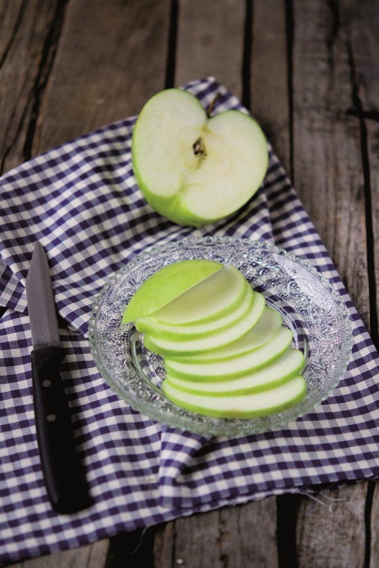 Tagliare la mela a fettine sottili e irrorarle con il succo del limone. Tagliare l'indivia. Emulsionare l'olio con l'aceto di riso.
