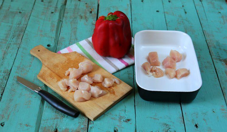 Tagliate il pollo a tocchetti, conditeli con olio e timo ed un po' di succo di limone.