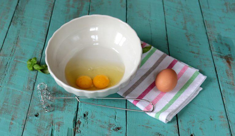 In una ciotola sbattete le uova, salate e pepate leggermente