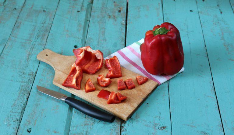 Tagliate il peperone a pezzi ed alternate gli spiedini con pezzetti di pollo.