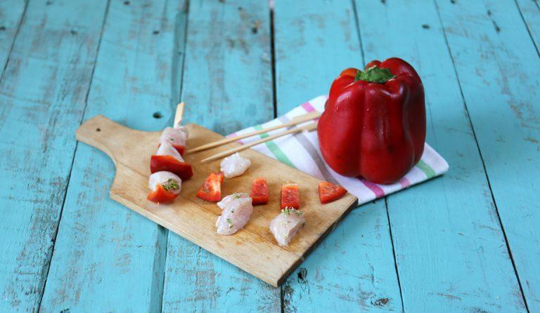 Spennellate gli spiedini con poco olio e cuocete in forno per 20 minuti