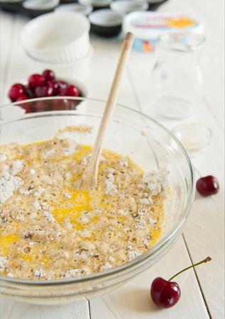 Mescolate velocemente gli ingredienti liquidi con quelli secchi e riempite per 2/3 gli stampini da muffin
