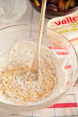 In una ciotola mescolate le uova con lo zucchero, unite la farina setacciata con il lievito e mescolate bene
