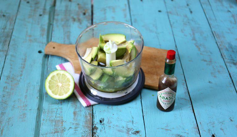 Tagliate l'avocado e frullate la polpa con qualche goccia di tabasco, il succo di limone, un pizzico di sale e 40 g di olio fino ad ottenere una crema liscia