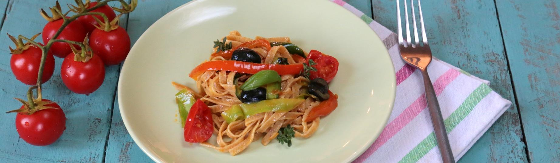 Tagliatelle integrali con verdure miste e curcuma