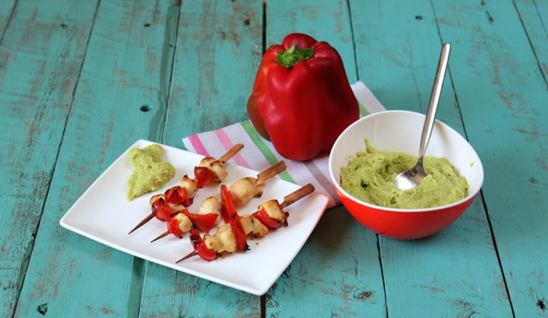 Servite subito gli spiedini profumandoli con foglioline di timo fresco accompagnandoli con la salsa di avocado