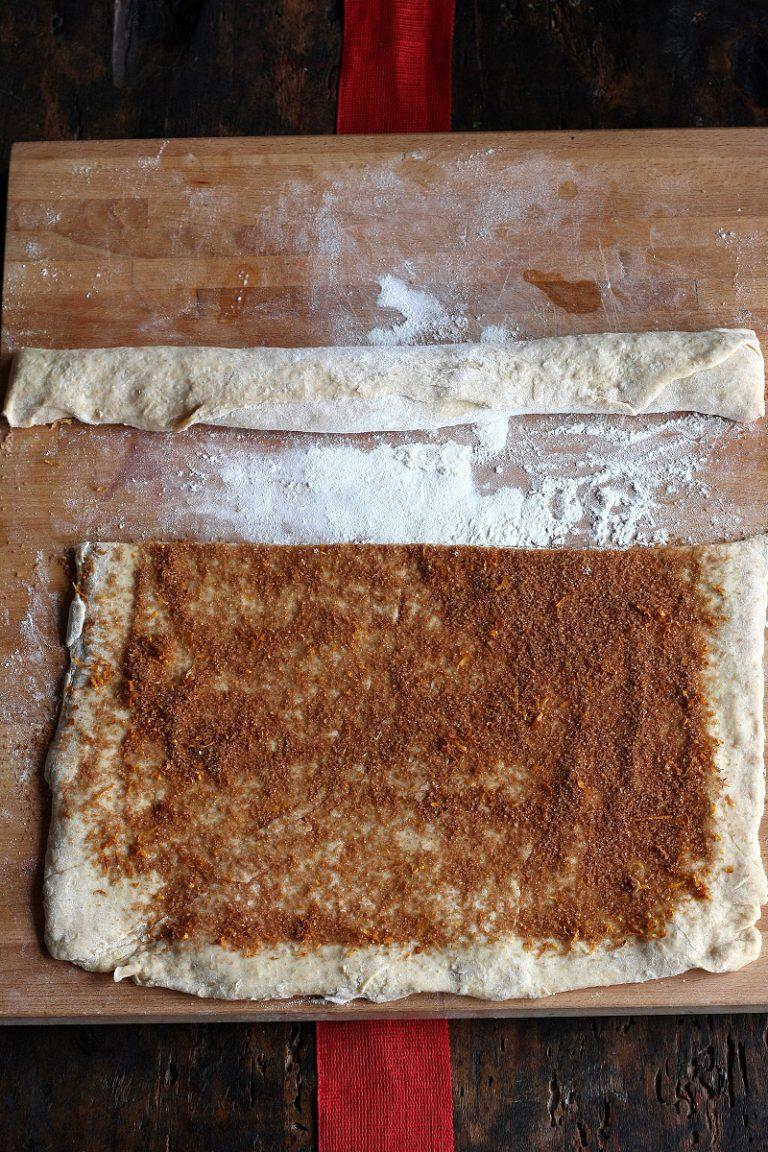 Distribuitelo sull'impasto e arrotolatelo su se stesso per ottenere un rotolo, con un coltello ricavate delle fette spesse circa 1,5 cm.