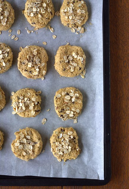 Aiutandovi con della carta da forno formate un salsicciotto che riporrete in frigorifero per circa mezz'ora prima di tagliare i biscotti con un spessore di circa 1 cm. Posizionate i biscotti su una teglia ricoperta da carta forno.