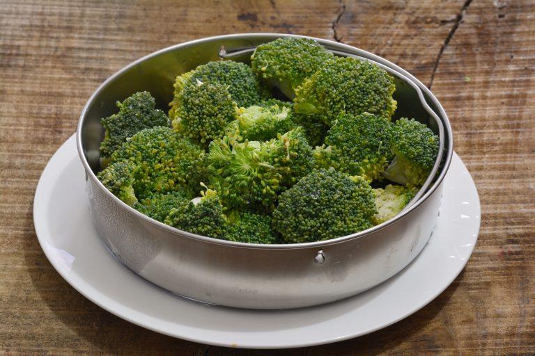 lavare accuratamente i broccoli e cuocerli a vapore per circa 10/15min