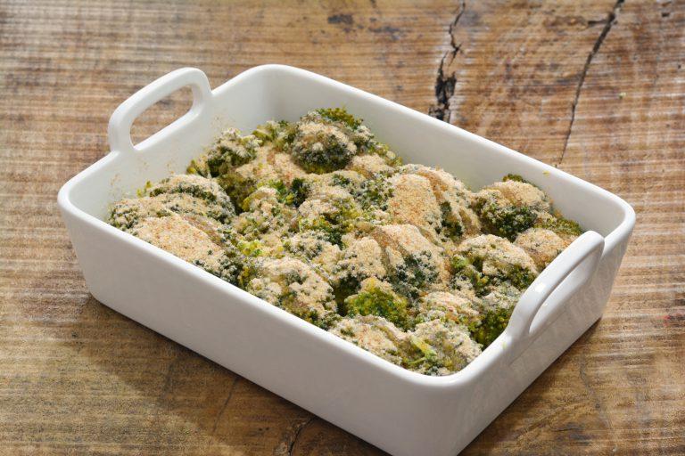 sistemare i broccolo in una pirofila di porcellana e di tanto in tanto aggiungere dei fiocchetti di Vallé Omega 3. Ricoprire poi i broccoli con pan grattato, salare, pepare ed irrorare  con un filo di olio extravergine