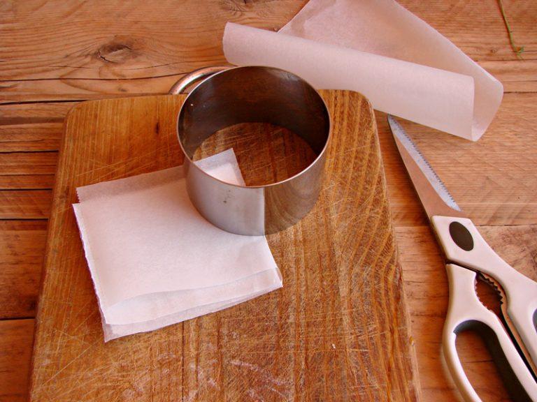 Ritagliate un foglio di carta da forno realizzando 8 quadrati uguali.