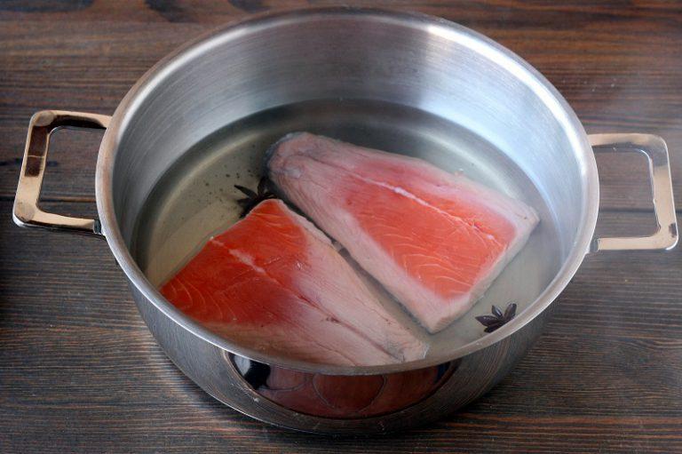 Aggiungete i filetti di salmone con la pelle verso l'alto e coprite con un coperchio lasciando cuocere per una decina di minuti. Girate i filetti e continuate la cottura per altri 5 minuti circa. Togliere il salmone e lasciarlo raffreddare prima di togliere le spine e la pelle.