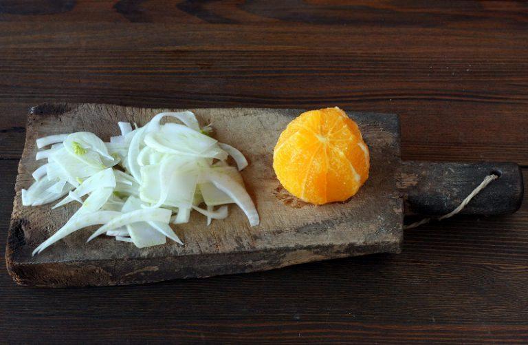 Pelare l'arancia a vivo, tagliare il finocchio finemente con l'aiuto di una mandolina o di un coltello e disporre sul piatto. Adagiare il filetto di salmone e condire con l'olio extravergine d'oliva, sale e pepe.