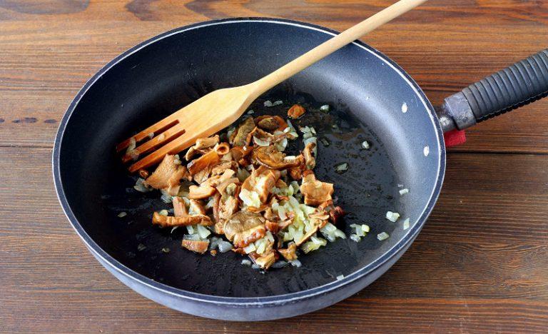 """Preparate il soffritto di scalogno a fuoco dolcissimo, con un cucchiaio di olio, aggiungete i funghi e fateli cuocere qualche minuto. Aggiungete l'orzo ed iniziate a cuocerlo a """"risotto""""  aggiungendo il brodo vegetale poco alla volta."""