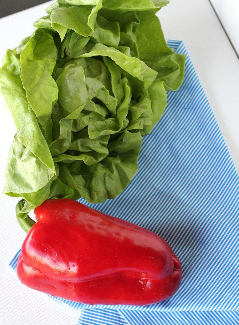 Lavate e tagliate la lattuga, cuocete i fagiolini per 5 minuti in acqua bollente e scolateli passandoli sotto l'acqua fredda.
