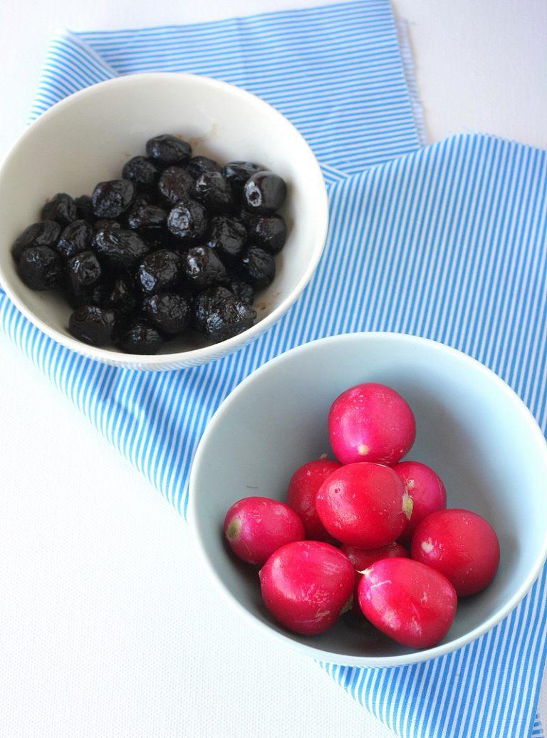 Tagliate il pane e scavatene la mollica, mescolate tutti gli ingredienti preparati precedentemente con le acciughe e le olive e dividere il contenuto in quattro porzioni – l'insalata in più potrà essere utilizzata di contorno.