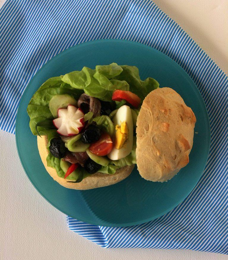 Condite con la vinagrette al basilico e coprite con il cappello di pane.