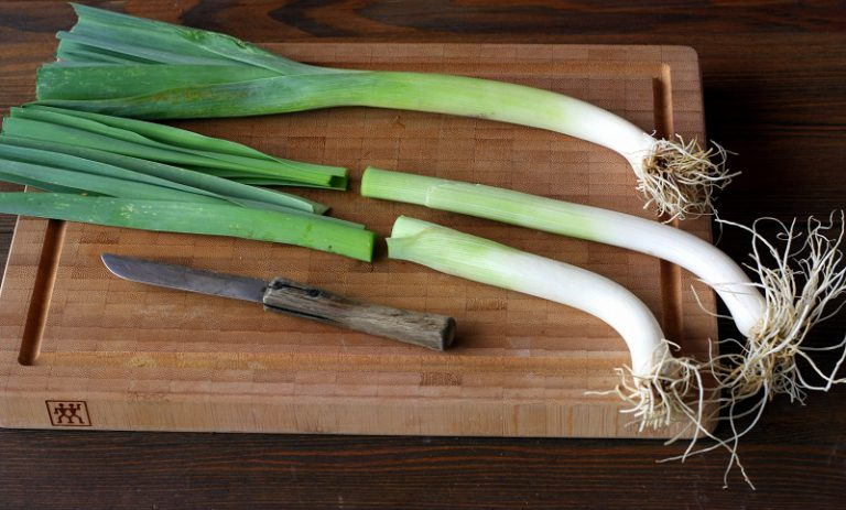 Lavate e tagliate la parte verde del porro e fateli cuocere per circa 15 minuti in abbondante acqua salata, scolateli.