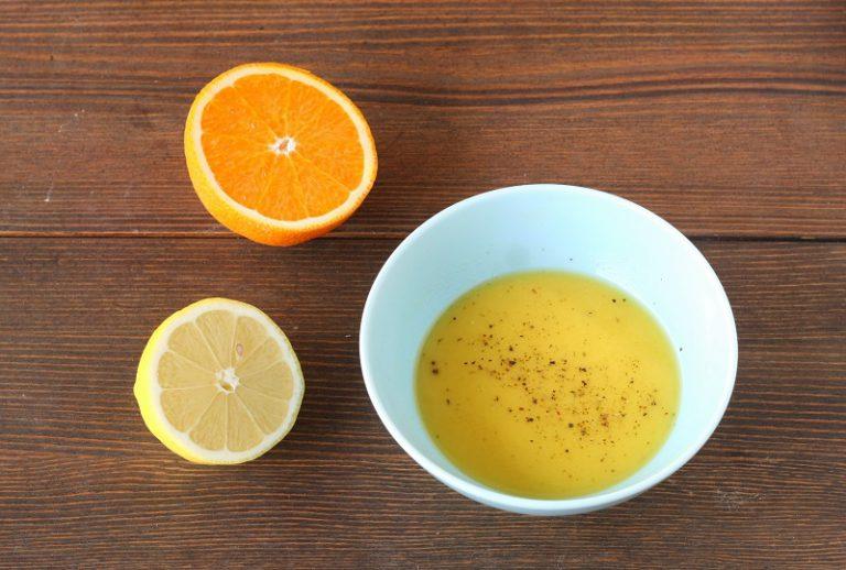Preparate la vinagrette spremendo il limone ed il pompelmo, filtrate il succo e emulsionatelo con un pizzico di sale, pepe e l'olio . Servite cosparsi con la granella di nocciole.